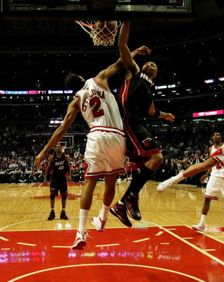 CHICAGO - FEBRUARY 12:  Shawn Marion #7 of the Miami Heat dunks the ball over Thabo Sefolosha #2 of the Chicago Bulls for the game-winning basket on February 12, 2009 at the United Center in Chicago, Illinois. The Heat defeated the Bulls 95-93. NOTE TO US