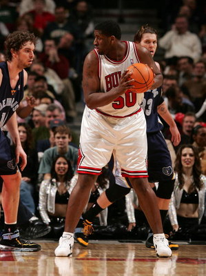 CHICAGO - JANUARY 13:  Michael Sweetney #50 of the Chicago Bulls ilooks to pass against the Memphis Grizzlies January 13, 2007 at the United Center in Chicago, Illinois. The Bulls won 111-66. NOTE TO USER: User expressly acknowledges and agrees that, by d