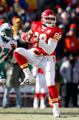 KANSAS CITY, MO - DECEMBER 21:  Tight end Tony Gonzalez #88 of Kansas City Chiefs makes a catch during the game against the Miami Dolphins on December 21, 2008 at Arrowhead Stadium in Kansas City, Missouri.  (Photo by Jamie Squire/Getty Images)