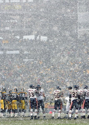 PITTSBURGH - DECEMBER 11: The Pittsburgh Steelers play against the Chicago Bears in heavy snowfall during the NFL game on December 11, 2005 at Heinz Field in Pittsburgh, Pennsylvania. The Steelers won 21-9. (Photo by Ezra Shaw/Getty Images)