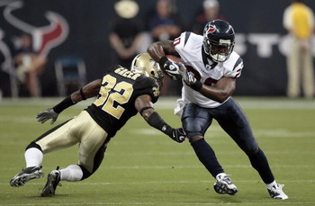 HOUSTON - AUGUST 22:  Running back Steve Slaton #20 of the Houston Texans rushes past cornerback Jabari Greer #32 of the New Orleans Saints on August 22, 2009 in Houston, Texas.  (Photo by Bob Levey/Getty Images)