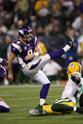 MINNEAPOLIS - NOVEMBER 09:  Kicker Ryan Longwell #8 of the Minnesota Vikings kicks against the Green Bay Packers on November 9, 2008 at the Metrodome in Mineapolis, Minnesota.  (Photo by Stephen Dunn/Getty Images)