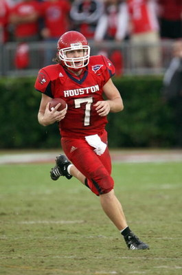 HOUSTON - NOVEMBER 17: Case Keenum #7 of the Houston Cougars runs the ball against the Marshall Thundering Herd at Robertson Stadium November 17, 2007 in Houston, Texas. Houston won 35-28. (Photo by Stephen Dunn/Getty Images)