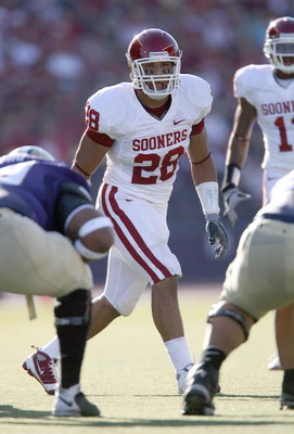 SEATTLE - SEPTEMBER 13:  Travis Lewis #28 of the Oklahoma Sooners lines up in position during the game against the Washington Huskies on September 13, 2008 at Husky Stadium in Seattle, Washington. The Sooners defeated the Huskies 55-14.(Photo by Otto Greu