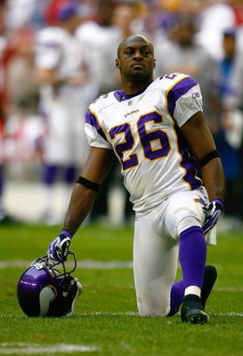 GLENDALE, AZ - DECEMBER 14:  Antoine Winfield #26 of the Minnesota Vikings kneels on one knee during a break in NFL game action against the Arizona Cardinals at the University of Phoenix Stadium on December 14, 2008 in Glendale, Arizona. The Vikings defea