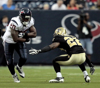 HOUSTON - AUGUST 22:  Running back Steve Slaton #20 rushes past cornerback Tracy Porter #22 of the New Orleans Saints on August 22, 2009 in Houston, Texas.  (Photo by Bob Levey/Getty Images)