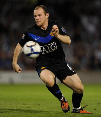 BURNLEY, ENGLAND - AUGUST 19:  Wayne Rooney of Manchester United in action during the Barclays Premier League match between burnley and Manchester United at Turf Moor on August 19, 2009 in Burnley, England.  (Photo by Laurence Griffiths/Getty Images)