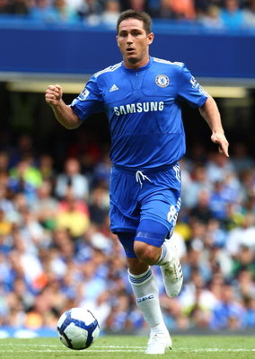 LONDON, ENGLAND - AUGUST 29:  Frank Lampard of Chelsea runs with the ball during the Barclays Premier League match between Chelsea and Burnley at Stamford Bridge on August 29, 2009 in London, England.  (Photo by Phil Cole/Getty Images)