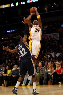 LOS ANGELES, CA - APRIL 12:  Kobe Bryant #24 of the Los Angeles Lakers shoots over O.J. Mayo #32 of the Memphis Grizzlies on April 12, 2009 at Staples Center in Los Angeles, California.   NOTE TO USER: User expressly acknowledges and agrees that, by downl