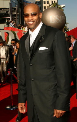 HOLLYWOOD - JULY 11:  NBA player Vince Carter arrives at the 2007 ESPY Awards at the Kodak Theatre on July 11, 2007 in Hollywood, California.  (Photo by Frederick M. Brown/Getty Images)