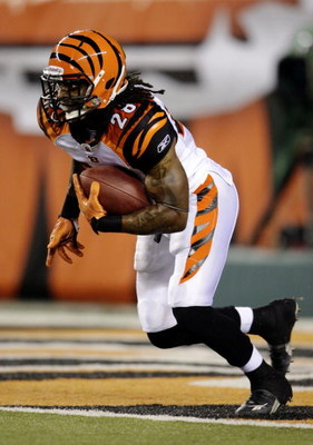 CINCINNATI, OH - AUGUST 27:  Running back Bernard Scott #28 of the Cincinnati Bengals returns a kickoff during the preseason game against the St. Louis Rams at Paul Brown Stadium on August 27, 2009 in Cincinnati, Ohio. (Photo by Andy Lyons/Getty Images)