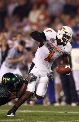 SAN DIEGO, CA - DECEMBER 30:   Wide Receiver Dez Bryant  #1 of the Oklahoma State University Cowboys catches the ball and runs in for a touchdown against the University of Oregon Ducks during the Pacific Life Holiday Bowl at Qualcomm Stadium on December 3