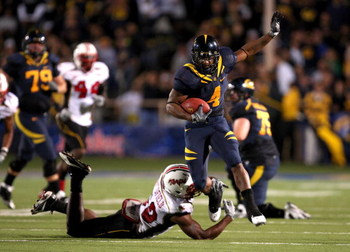 BERKELEY, CA - SEPTEMBER 05:  Jahvid Best #4 of the California Golden Bears avoids a tackled by Demetrius Hartsfield #50 of the Maryland Terrapins at California Memorial Stadium on September 5, 2009 in Berkeley, California.  (Photo by Ezra Shaw/Getty Imag