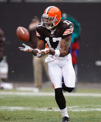 CLEVELAND - DECEMBER 30:  Braylon Edwards #17 of the Cleveland Browns sets up for a catch against the San Francisco 49ers on December 30, 2007 at Cleveland Browns Stadium in Cleveland, Ohio. (Photo By Gregory Shamus/Getty Images)