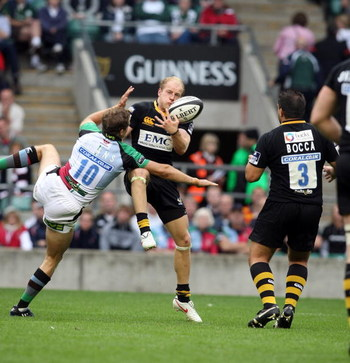 TWICKENHAM, ENGLAND - SEPTEMBER 5:  Joe Simpson of London Wasps attempts to collect the ball under pressure from Nick Evans of Harlequins during the Guinness Premiership Match between London Wasps and Harlequins at Twickenham Stadium on September 5, 2009