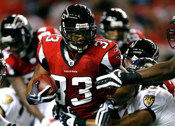ATLANTA - SEPTEMBER 03:  Running back Michael Turner #33 of the Atlanta Falcons rushes against the Baltimore Raves at Georgia Dome on September 3, 2009 in Atlanta, Georgia.  (Photo by Kevin C. Cox/Getty Images)
