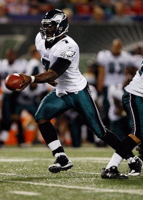 EAST RUTHERFORD, NJ - SEPTEMBER 3:  Michael Vick #7 of the Philadelphia Eagles hands off the ball during the game against the New York Jets on September 3, 2009 at Giants Stadium in East Rutherford, New Jersey. (Photo by Jared Wickerham/Getty Images)