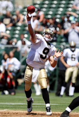 OAKLAND, CA - AUGUST 29:  Quarterback Drew Brees #9 of the New Orleans Saints passes during the preseason game against the Oakland Raiders at Oakland-Alameda County Coliseum on August 29, 2009 in Oakland, California. (Photo by Jed Jacobsohn/Getty Images)