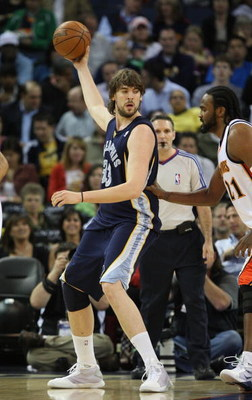 OAKLAND, CA - MARCH 30:  Marc Gasol #33 of the Memphis Grizzlies shoots against the Golden State Warriors during an NBA game on March 30, 2009 at Oracle Arena in Oakland, California. NOTE TO USER: User expressly acknowledges and agrees that, by downloadin