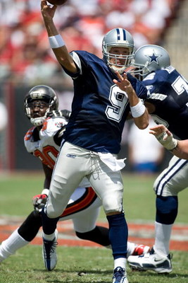 TAMPA, FL - SEPTEMBER 13:  Quarterback Tony Romo #9 of the Dallas Cowboys passes the ball against the Tampa Bay Buccaneers during the game at Raymond James Stadium on September 13, 2009 in Tampa, Florida.  (Photo by J. Meric/Getty Images)