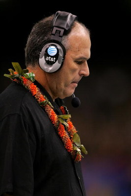 NEW ORLEANS - JANUARY 01:  Head coach June Jones of the Hawai'i Warriors hangs his head against the Georgia Bulldogs during the Allstate Sugar Bowl at the Louisiana Superdome on January 1, 2008 in New Orleans, Louisiana.  (Photo by Matthew Stockman/Getty