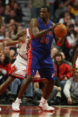 CHICAGO - MARCH 24: Antonio McDyess #24 of the Detroit Pistons to pass the ball against the Chicago Bulls on March 24, 2009 at the United Center in Chicago, Illinois. The Bulls defeated the Pistons 99-91. NOTE TO USER: User expressly acknowledges and agre