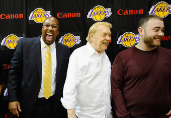 EL SEGUNDO, CA - MAY 31:  Mike Brown, (L) the new head coach for the Los Angeles Lakers, shares a laugh with owner Jerry Buss (C) and Buss' sons Jesse Buss after Brown's introductory news conference at the team's training facility on May 31, 2011 in El Se