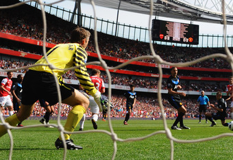LONDON, ENGLAND - MAY 01:  Aaron Ramsey of Arsenal (R) scores their first goal during the Barclays Premier League match between Arsenal and Manchester United at the Emirates Stadium on May 1, 2011 in London, England.  (Photo by Mike Hewitt/Getty Images)
