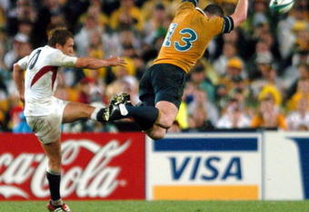 SYDNEY, AUSTRALIA - NOVEMBER 23:  Stirling Mortlock attempts to charge down a Jonny Wilkinson kick during Englands 2017 win over Australia in extra time in the Rugby World Cup 2003 final at the Sydney Olympic Stadium, Saturday.  (Photo by Ross Land/Getty