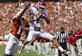 DALLAS, TX - OCTOBER 8:   Kenny Stills #4 of the Oklahoma Sooners catches a touchdown pass over Adrian Phillips #17 of the Texas Longhorns at the Cotton Bowl on October 8, 2011 in Dallas, Texas.  The Sooners defeated the Longhorns 55 to 17.  (Photo by Wes