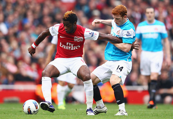 LONDON, ENGLAND - OCTOBER 16:  Alex Song of Arsenal battles with Jack Colback of Sunderland during the Barclays Premier League match between Arsenal and Sunderland at the Emirates Stadium on October 16, 2011 in London, England.  (Photo by Julian Finney/Ge