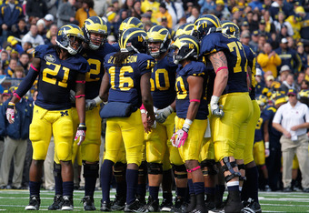 ANN ARBOR, MI - OCTOBER 29: Denard Robinson #16 of the Michigan Wolverines talks to his teammates in the huddle while playing the Purdue Boilermakers at Michigan Stadium on October 29, 2011 in Ann Arbor, Michigan. Michigan won the game 36-14. (Photo by Gr