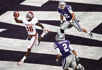 MANHATTAN, KS - OCTOBER 29:  Jaz Reynolds #16 of the Oklahoma Sooners snags an 8-yard touchdown pass past Tysyn Hartman #2 and Ty Zimmerman #12 of the Kansas State Wildcats in the third quarter at Bill Snyder Family Stadium on October 29, 2011 in Manhatta