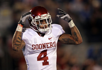 LAWRENCE, KS - OCTOBER 15:  Kenny Stills #4 of the Oklahoma Sooners celebrates after scoring the game's first touchdown against the Kansas Jayhawks during the game on October 15, 2011 at Memorial Stadium in Lawrence, Kansas.  (Photo by Jamie Squire/Getty