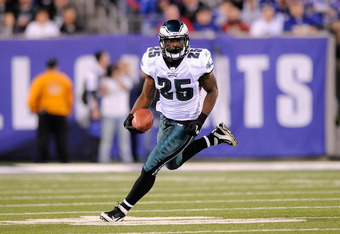 EAST RUTHERFORD, NJ - NOVEMBER 20:  LeSean McCoy #25 of the Philadelphia Eagles runs the ball against the New York Giants at MetLife Stadium on November 20, 2011 in East Rutherford, New Jersey.  (Photo by Patrick McDermott/Getty Images)