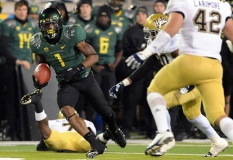 EUGENE, OR - DECEMBER 02 : Wide receiver Josh Huff #1 of the Oregon Ducks breaks out into the open with a reception during the third quarter of the Pac-12 Championship against the UCLA Bruins at Autzen Stadium on December 2, 2011 in Eugene, Oregon. The Du
