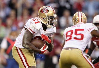 GLENDALE, AZ - DECEMBER 11:  Runningback Frank Gore #21 of the San Francisco 49ers rushes the football against the Arizona Cardinals during the NFL game at the University of Phoenix Stadium on December 11, 2011 in Glendale, Arizona.  The Cardinals defeate