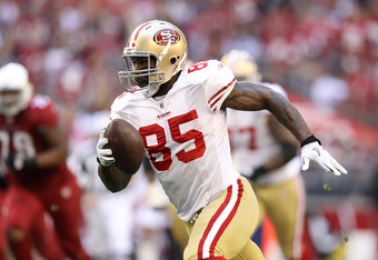 GLENDALE, AZ - DECEMBER 11:  Tight end Vernon Davis #85 of the San Francisco 49ers runs with the football during the NFL game against the Arizona Cardinals at the University of Phoenix Stadium on December 11, 2011 in Glendale, Arizona. The Cardinals defea