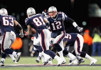 Tom Brady handing the ball off to Aaron Hernandez, an instrumental part of the Pats running game on Saturday.