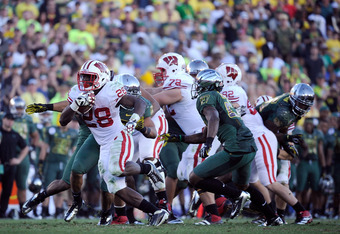 PASADENA, CA - JANUARY 02:  (L) Running back Montee Ball #28 of the Wisconsin Badgers runs the ball against the Oregon Ducks at the 98th Rose Bowl Game on January 2, 2012 in Pasadena, California.  (Photo by Kevork Djansezian/Getty Images)