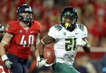 TUCSON, AZ - SEPTEMBER 24:  Runningback LaMichael James #21 of the Oregon Ducks carries the football on a 19 yard rushing touchdown past linebacker Derek Earls #40 of the Arizona Wildcats during the second quarter of the college football game at Arizona S