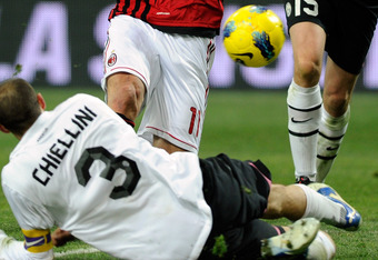 MILAN, ITALY - FEBRUARY 08:  Zlatan Ibrahimovic of AC Milan (C) and Giorgio Chiellini of Juventus FC compete for the ball during the Tim Cup match between AC Milan and Juventus FC at Giuseppe Meazza Stadium on February 8, 2012 in Milan, Italy.  (Photo by