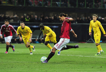 MILAN, ITALY - FEBRUARY 15:  Zlatan Ibrahimovic of AC Milan scores from the penalty spot during the UEFA Champions League round of 16 first leg match between AC Milan and Arsenal at Stadio Giuseppe Meazza on February 15, 2012 in Milan, Italy.  (Photo by S