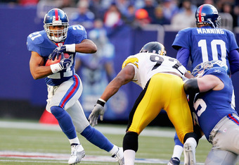 EAST RUTHERFORD, NJ - DECEMBER 18:  Tiki Barber #21 of the New York Giants breaks for a big run in the first half against the Pittsburgh Steelers on December 18, 2004 at Giants Stadium in East Rutherford, New Jersey.  (Photo by Ezra Shaw/Getty Images)