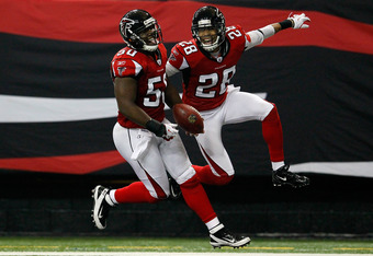 ATLANTA, GA - JANUARY 01:  Curtis Lofton #50 of the Atlanta Falcons celebrates an interception return for a touchdown against the Tampa Bay Buccaneers with Thomas DeCoud #28 at Georgia Dome on January 1, 2012 in Atlanta, Georgia.  (Photo by Kevin C. Cox/G