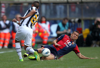 GENOA, ITALY - MARCH 11: Bosko Jankovic (R) of Genoa CFC fights for the ball with Arturo Vidal of Juventus FC during the Serie A match between Genoa CFC and Juventus FC at Stadio Luigi Ferraris on March 11, 2012 in Genoa, Italy.  (Photo by Gabriele Maltin