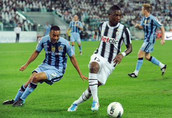 TURIN, ITALY - SEPTEMBER 08:  Eljero Elia of FC Juventus shields the ball from Julian Kelly of Notts County during the pre season friendly match between FC Juventus and Notts County on September 8, 2011 in Turin, Italy.  (Photo by Valerio Pennicino/Getty