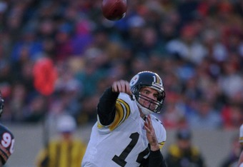 5 Nov 1995:  Quarterback Neil O''Donnell of the Pittsburgh Steelers throws a pass during the Steelers 37-34 win over the Chicago Bears at Soldier Field in Chicago, Illinois. Mandatory Credit: Jonathan Daniel/ALLSPORT
