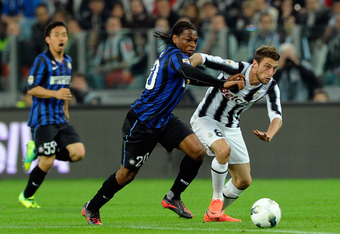 TURIN, ITALY - MARCH 25:  Claudio Marchisio (R) of Juventus FC and Joel Obi of FC Inter Milan compete for the ball during the Serie A match between Juventus FC and FC Internazionale Milano at Juventus Arena on March 25, 2012 in Turin, Italy.  (Photo by Cl