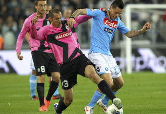 TURIN, ITALY - APRIL 01:  Giorgio Chiellini of Juventus FC competes for the ball with Marek Hamsik of SSC Napoli during the Serie A match between Juventus FC and SSC Napoli at Juventus Arena on April 1, 2012 in Turin, Italy.  (Photo by Marco Luzzani/Getty